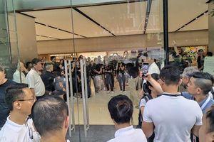 Người mua sang tay iPhone 11 ngay trước cửa Apple Store