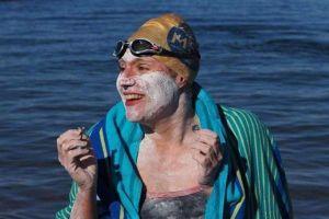 Bị ung thư vú, 4 lần bơi qua eo biển Manche dài 562 km