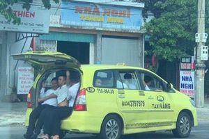 'Hết hồn' cảnh 11 người 'nhồi nhét' trong chiếc taxi 7 chỗ