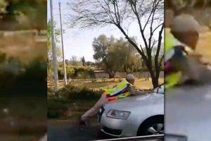 Cảnh sát tây cũng nhảy lên nắp capo ngăn lái xe vi phạm đào tẩu
