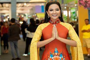 H'Hen Niê diện áo dài, trổ tài catwalk 'đỉnh cao' ở Thái Lan