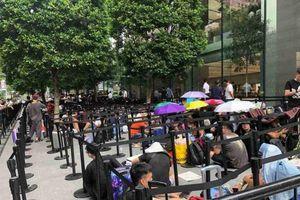 iPhone 11 mở bán, hàng trăm người vạ vật xếp hàng chờ mua