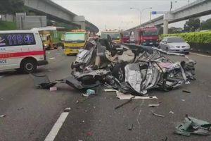 Clip: Khủng khiếp cảnh tượng hàng chục ô tô tông nhau nát bét trên cao tốc