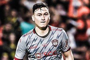 Đặng Văn Lâm cản phá phạt đền trong trận Muangthong thắng 3-2