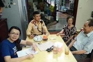 Hà Nội: CSGT giúp cụ ông đi lạc về nhà