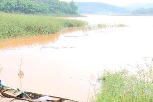 Ba học sinh đuối nước khi chèo thuyền ra lòng hồ thủy điện