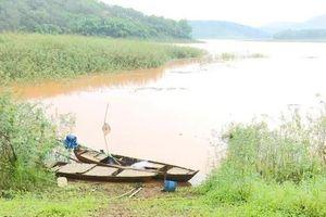 Chèo thuyền ra hồ, 3 học sinh đuối nước tử vong