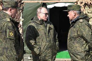 Tổng thống Putin xem tập trận, thưởng thức bánh mỳ truyền thống