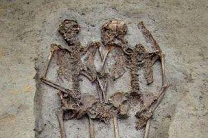 Kỳ quái 2 hài cốt nam tình tứ nắm tay trong mộ cổ