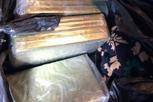 Truy bắt đối tượng vận chuyển 8 bánh heroin như phim hành động