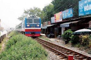 Đề nghị xử lý hàng loạt vi phạm lấn chiếm hành lang ATGT đường sắt