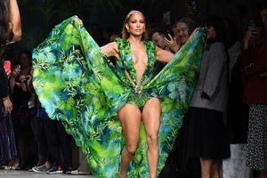 Jennifer Lopez kết màn cho show Versace trong chiếc váy kinh điển từng làm náo loạn làng thời trang