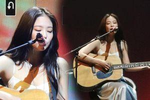 Fan cưng muốn 'xỉu' khoảnh khắc Jennie đánh đàn guitar trong sân khấu solo tại 'BlackPink 2019 Private Stage - Chapter 1'