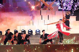 Tùng Dương đắm chìm trong sắc màu văn hóa tại buổi khai mạc Lễ hội Mường Lò