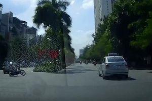 Thanh niên đi xe máy vào cua gắt suýt thiệt mạng trước đầu taxi