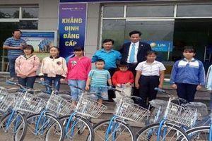 Bình Phước: Tặng xe đạp cho con công nhân khó khăn