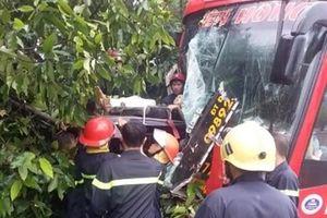 Giải cứu 39 hành khách bị mắc kẹt sau tai nạn giao thông