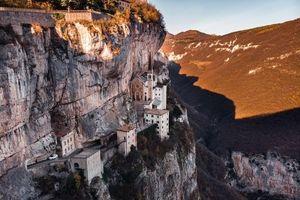 Tọa lạc trên vách núi treo leo, nhà thờ thế kỷ 16 của Ý thực sự rời xa cõi trần tục