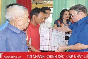Chủ tịch Hội Nông dân Việt Nam trao quà người dân vùng lũ Hà Tĩnh