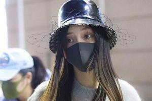 Xuất hiện ở sân bay lên đường tham dự Tuần lễ Thời trang Milan, Angelababy gây chú ý với đôi mắt đượm buồn