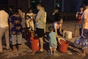 Cư dân ở chung cư Hà Nội khốn khổ nửa đêm xếp hàng chờ lấy nước sinh hoạt