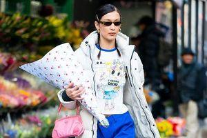 Ngọc Trinh bắt chước Kendall Jenner, Bella Hadid lăng xê kiểu túi vintage kẹp nách