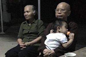 Bé trai hơn 1 tuổi bị bỏ rơi trước cổng chùa với lời nhắn nhờ 'nuôi cháu hết đời'