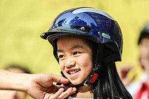 1.000 học sinh tiểu học thích thú được CSGT Hà Nội dạy đội mũ bảo hiểm đúng cách