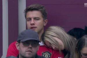 Fan nữ ngủ gật khi xem Man Utd bế tắc trước West Ham