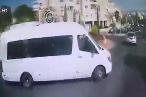 Nghịch tai nghe khi đang lái, tài xế xe bus gây tai nạn