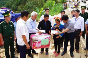Phó Chủ tịch Quốc hội Uông Chu Lưu thăm, tặng quà tại Hà Giang