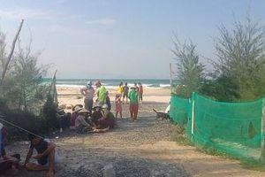Nhóm sinh viên tắm biển bị sóng cuốn, 2 người bị đuối nước