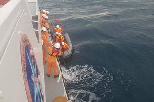 Cứu nạn ngư dân Phú Yên bị dập cánh tay trên biển