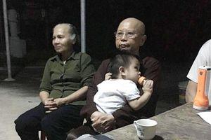 Bé trai 1 tuổi bị bỏ rơi kèm tờ giấy 'nhờ nhà chùa nuôi hết đời, không vương vấn gì hết' đã được người thân đến nhận