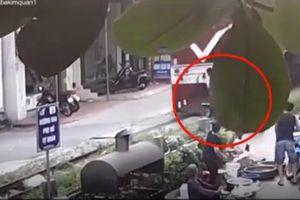 Người phụ nữ kéo đuôi xe máy, cứu người đàn ông thoát chết ngay trước mũi tàu hỏa