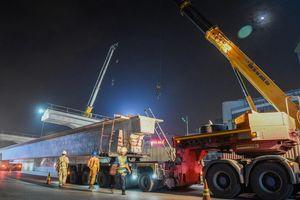 Cận cảnh lắp đặt phiến dầm 70 tấn ở công trường đường trên cao 5.000 tỷ đồng