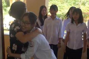 Màn ôm chào hỏi học sinh THPT của cô giáo Tuyên Quang khiến dân mạng thích thú