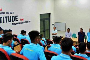 HLV Troussier trao đổi kế hoạch của tuyển U19 quốc gia với lãnh đạo VFF