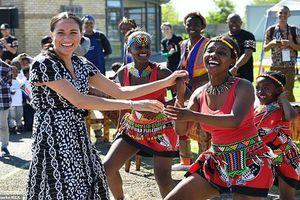 Thăm Nam Phi, Công nương Anh gây sốt vì hành động 'lạ'