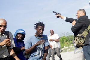 Thượng nghị sĩ nã súng loạn xạ, đạn găm trúng mặt phóng viên