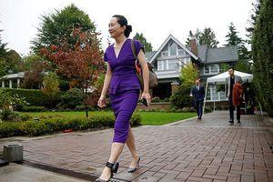 CFO Huawei Mạnh Vãn Chu đến Tòa án Canada với vòng định vị quanh chân