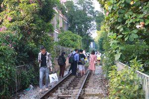 Bất chấp nguy hiểm, giới trẻ đua nhau 'check in' phố đường tàu Phùng Hưng