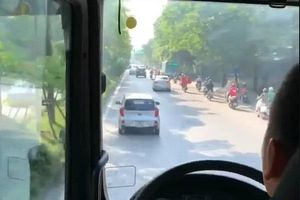 Ô tô Kia Morning ngang ngược cản đường xe cứu hỏa đi chữa cháy ở Hà Nội: Yêu cầu xử lý tài xế
