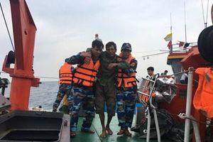 Bộ đội Biên phòng Nghệ An cứu nạn tàu cá và 7 ngư dân gặp nạn trên biển