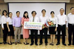 Tặng 100 triệu đồng cho Hội Cựu học sinh Trường Trung học Nguyễn Duy Hiệu