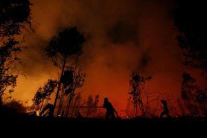 Bầu trời Indonesia nhuộm màu đỏ rực như máu