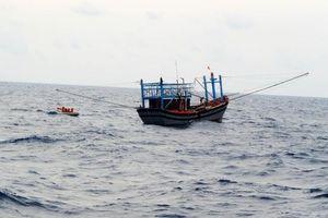 Cứu 7 ngư dân Nghệ An trên tàu cá bị hỏng máy trôi tự do