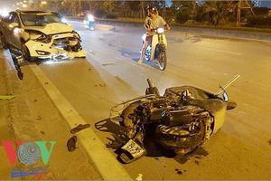 Ô tô con tông nát xe máy, húc đổ cột đèn khiến 1 người trọng thương