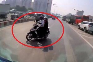 Bất chấp nguy hiểm, xe máy đi ngược chiều trên đường vành đai 3 Hà Nội