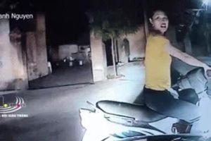 Clip: Ngang nhiên dừng xe giữa ngã ba, người phụ nữ còn thách thức tài xế